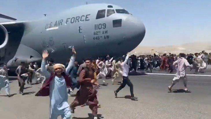 Кабулдан ұшып шыққан ұшақтан бірнеше адам құлап көз жұмды (видео)