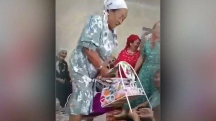 «Бұл өзі қандай дәстүр?» Бесікке мінген әже қоғамның сынына қалды (видео)