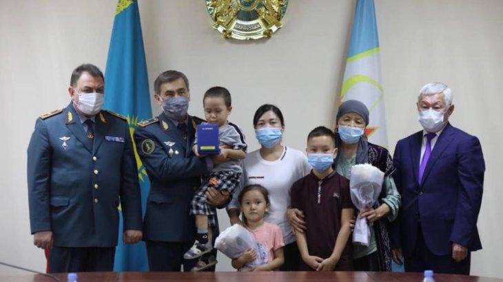 Министр қаза тапқан және хабар-ошарсыз кеткен әскерилердің отбасыларына наградалар тапсырды