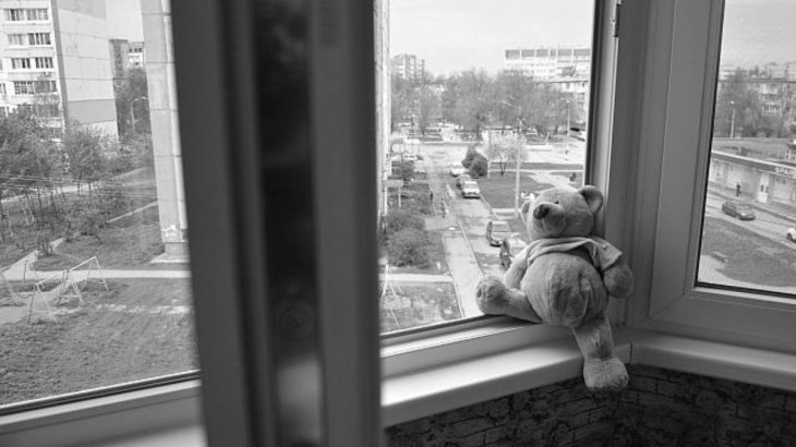 Әкесінің телефонға көңілі ауып кеткен: Павлодар облысында көпқабатты үйден бір жастағы сәби құлап кеткен