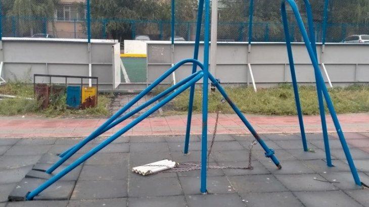 Қостанайдағы балалар алаңында 8 жастағы қыздың басына әткеншек құлап кетті