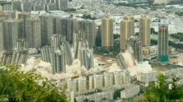 Қытайда бір мезетте 15 көпқабатты үй қирады (видео)