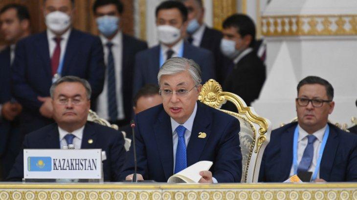 «Бізге үлкен ойындар қажет емес». Тоқаев ШЫҰ саммитінде не айтты?