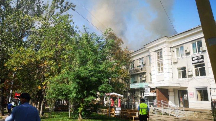 Алматының орталығында 4 қабатты үйдің шатыры жанды