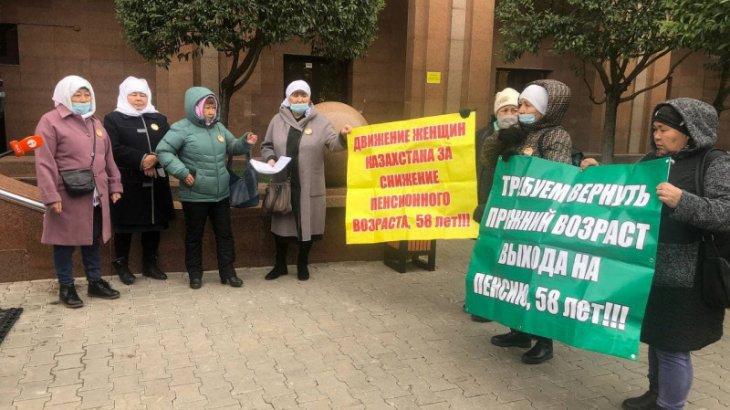Нұр-Сұлтанда әйелдер плакат ұстап, Еңбек министрлігінің алдына келді