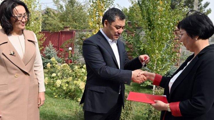 Қырғызстан президенті өз үйін баспанаға мұқтаж адамдарға сыйлады