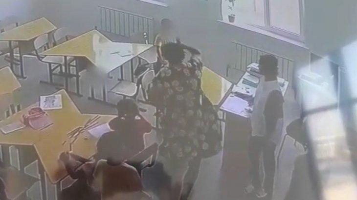 «Қаматып жіберемін»: Шымкентте оқушыны сыныптасының прокурор болған әжесі ұрған